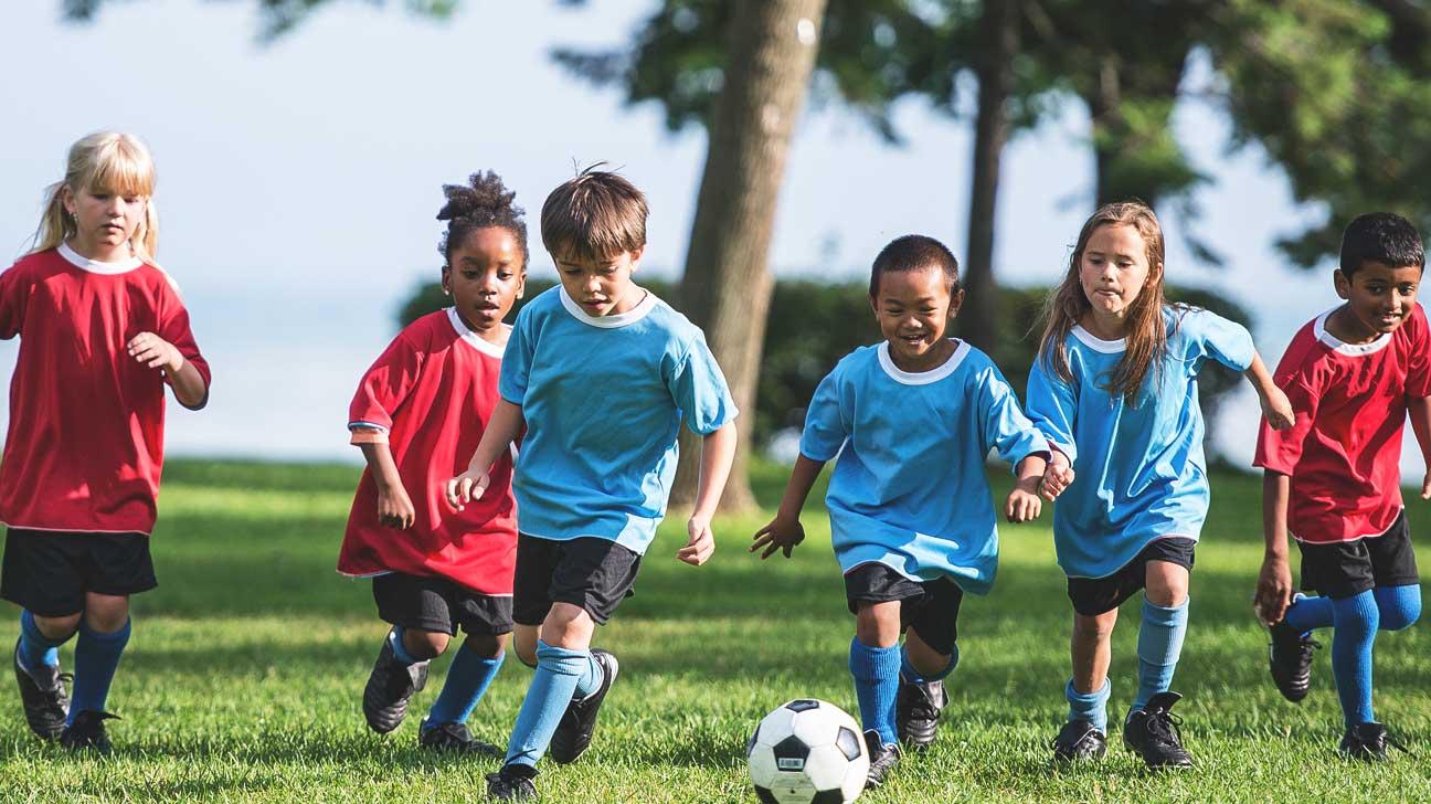 Việc sử dụng loại giày đinh đá bóng trẻ em phù hợp sẽ hỗ trợ bé chơi bóng dễ dàng hơn