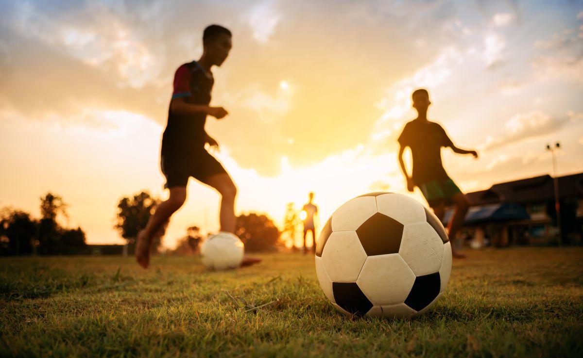 Sử dụng giày đá bóng trẻ em đinh cao sẽ hỗ trợ chơi bóng tốt trên sân cỏ tự nhiên hoặc sân cỏ nhân tạo có nền sân xốp, cỏ cao