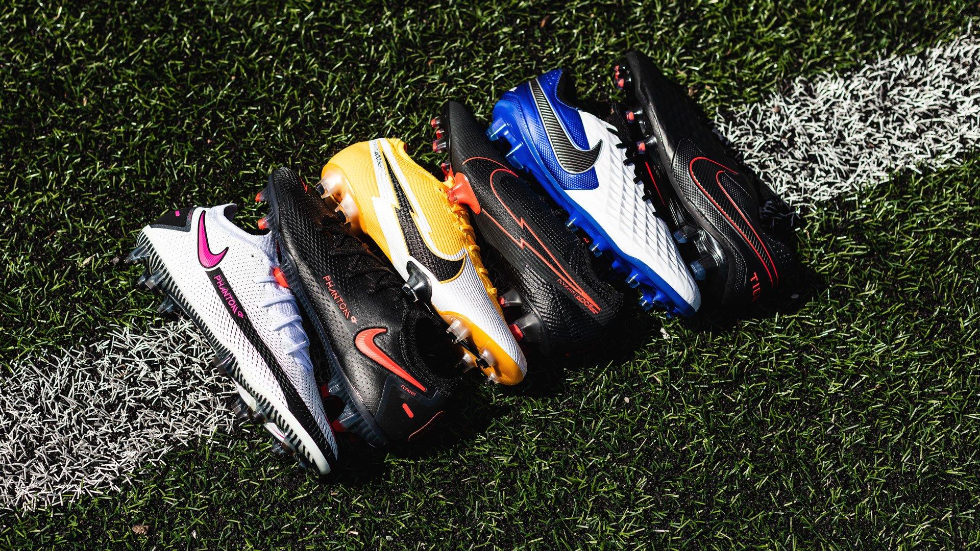 Nike đã áp dụng chất liệu da vải sợi dệt vào các dòng giày bóng đá của mình