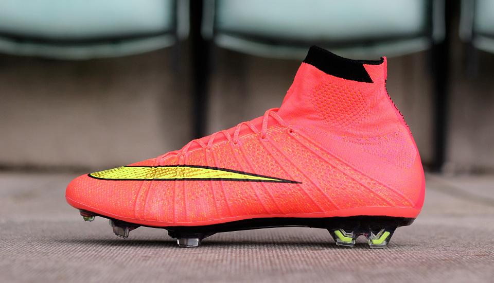 Nike Mercurial Superfly 4 là một trong những mẫu giày bóng đá da vải đầu tiên được ra mắt