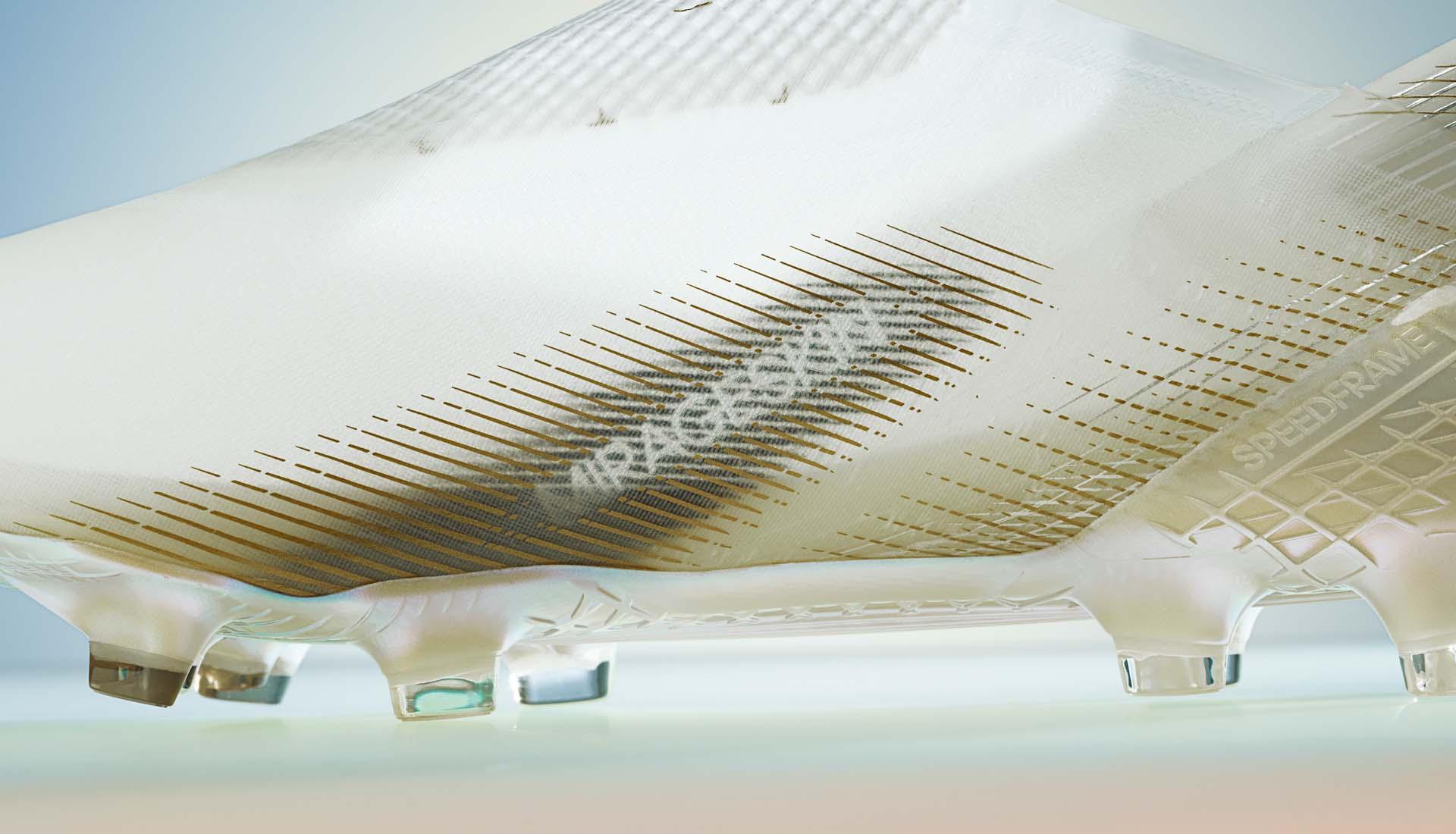 Thiết kế da giày MIRAGESKIN được in ở phần má trong giày bóng đá X20+
