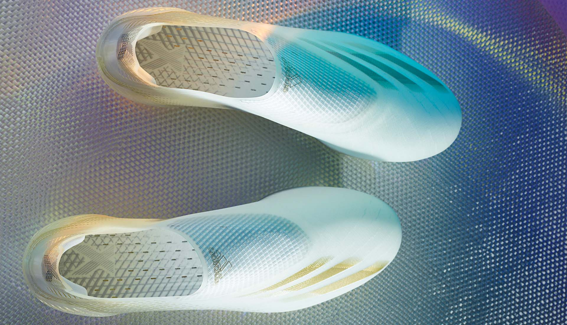 Thiết kế ôm chân của dòng giày đá banh không dây Adidas X20+