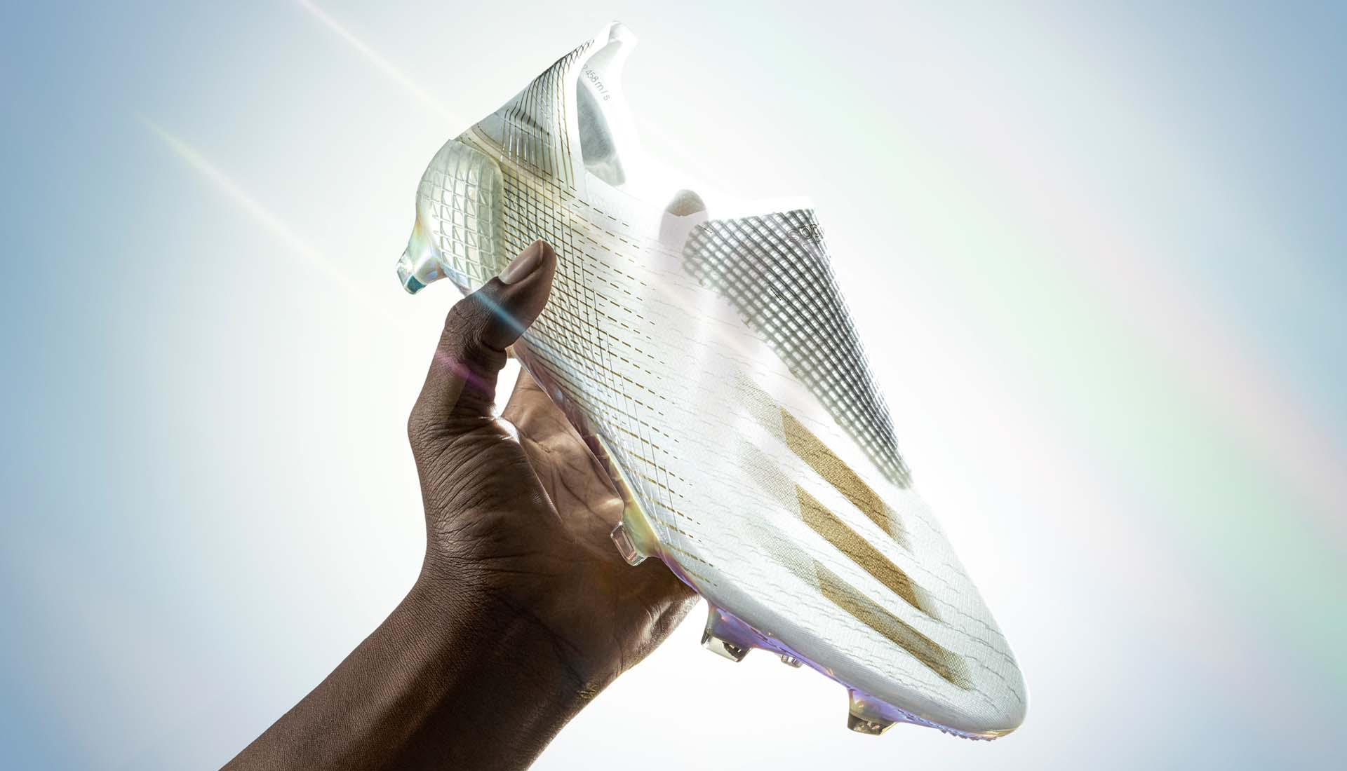 Thiết kế da giày mỏng nhẹ trong suốt giúp giảm trọng lượng của giày