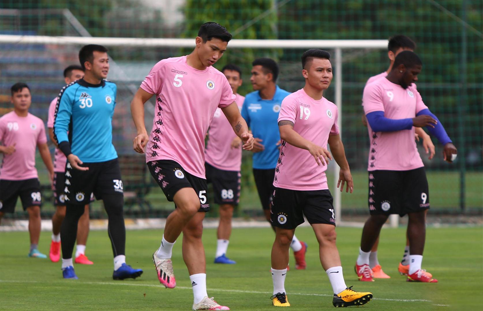 Văn Hậu ra sân với giày đá bóng Adidas X19.1 FG màu hồng trắng cực đẹp