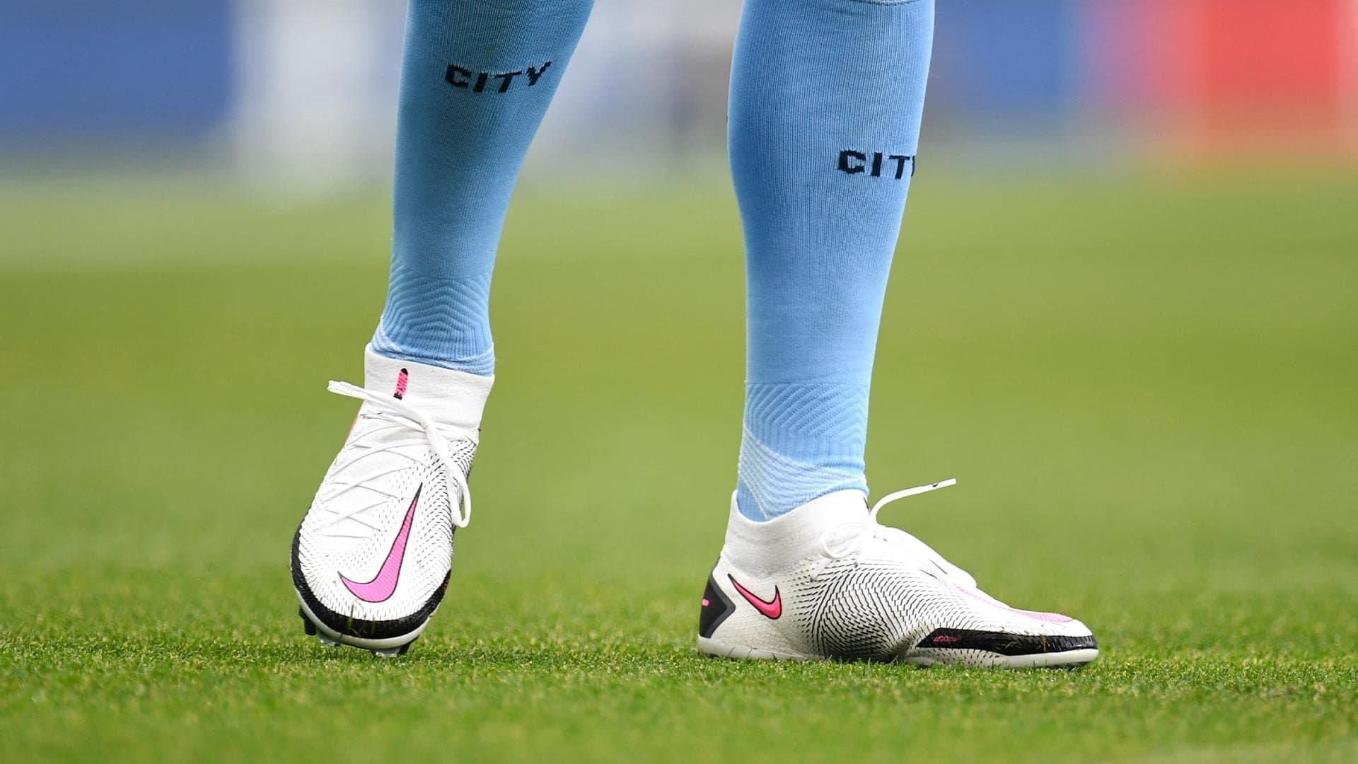 Kevin De Bruyne hiện đang sử dụng dòng giày kiểm soát bóng Nike Phantom GT