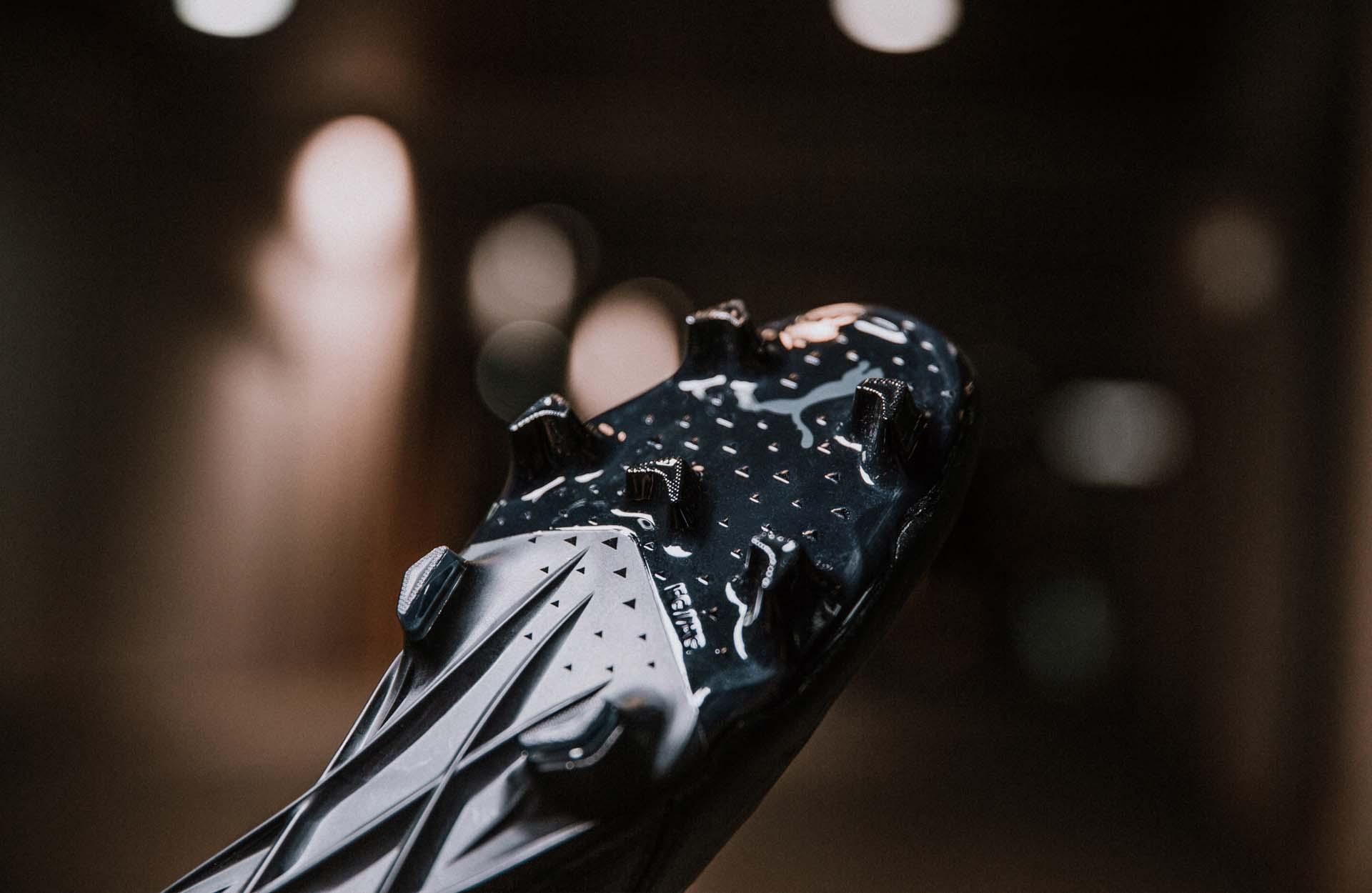 Thiết kế đinh FG của giày Puma Ultra 1.1 da thật màu đen black out
